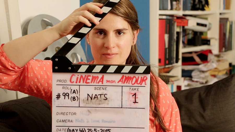 Natàlia Regàs amb una claqueta al rodatge del documental 'Cinema Mon Amour'
