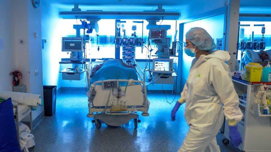 Imagen de una unidad de cuidados intensivos durante el pico de la pandemia.