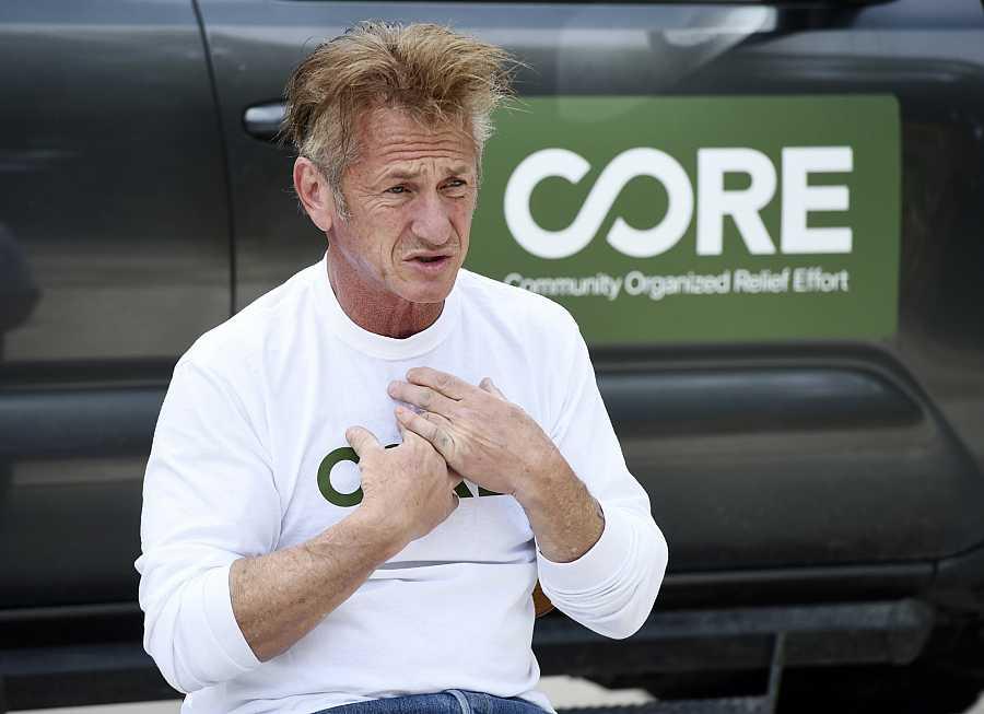 Sean Penn explica a los medios su dolor por el Covid 19 y los esfuerzos que hace su organización benéfica que ha instalado un hospital de campaña donde se realizan test rápidos de coronavirus a la población sin recursos