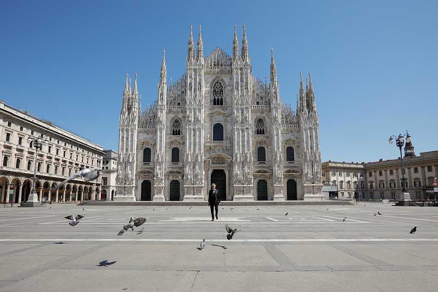 Andrea Bocelli canta durante la pandemia del coronavirus en la Plaza del Duomo de Milán desierta