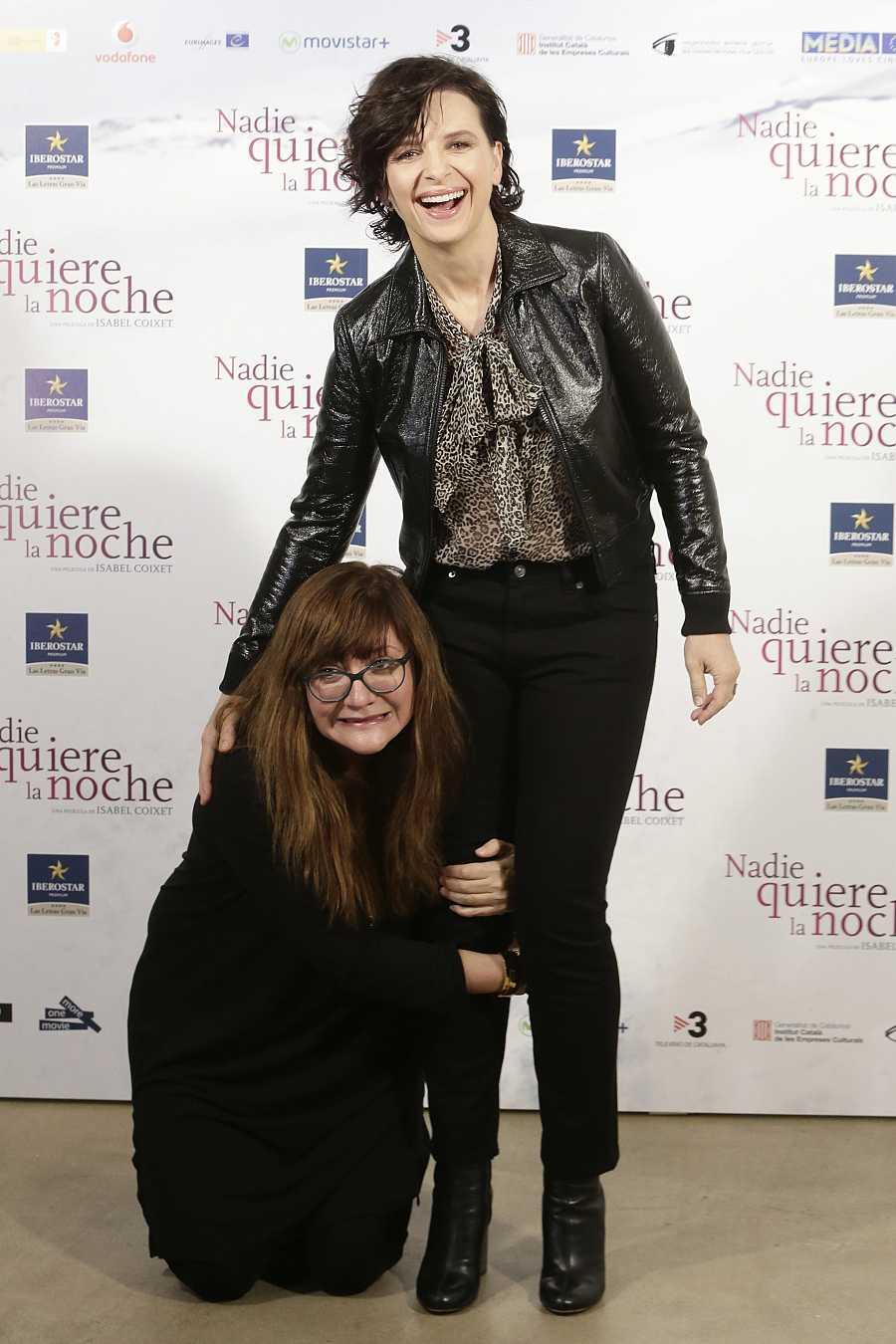 Isabel Coixet y Juliette Binoche en la premiere de 'Nadie quiere la noche' en Madrid, 2 de noviembre de 2015