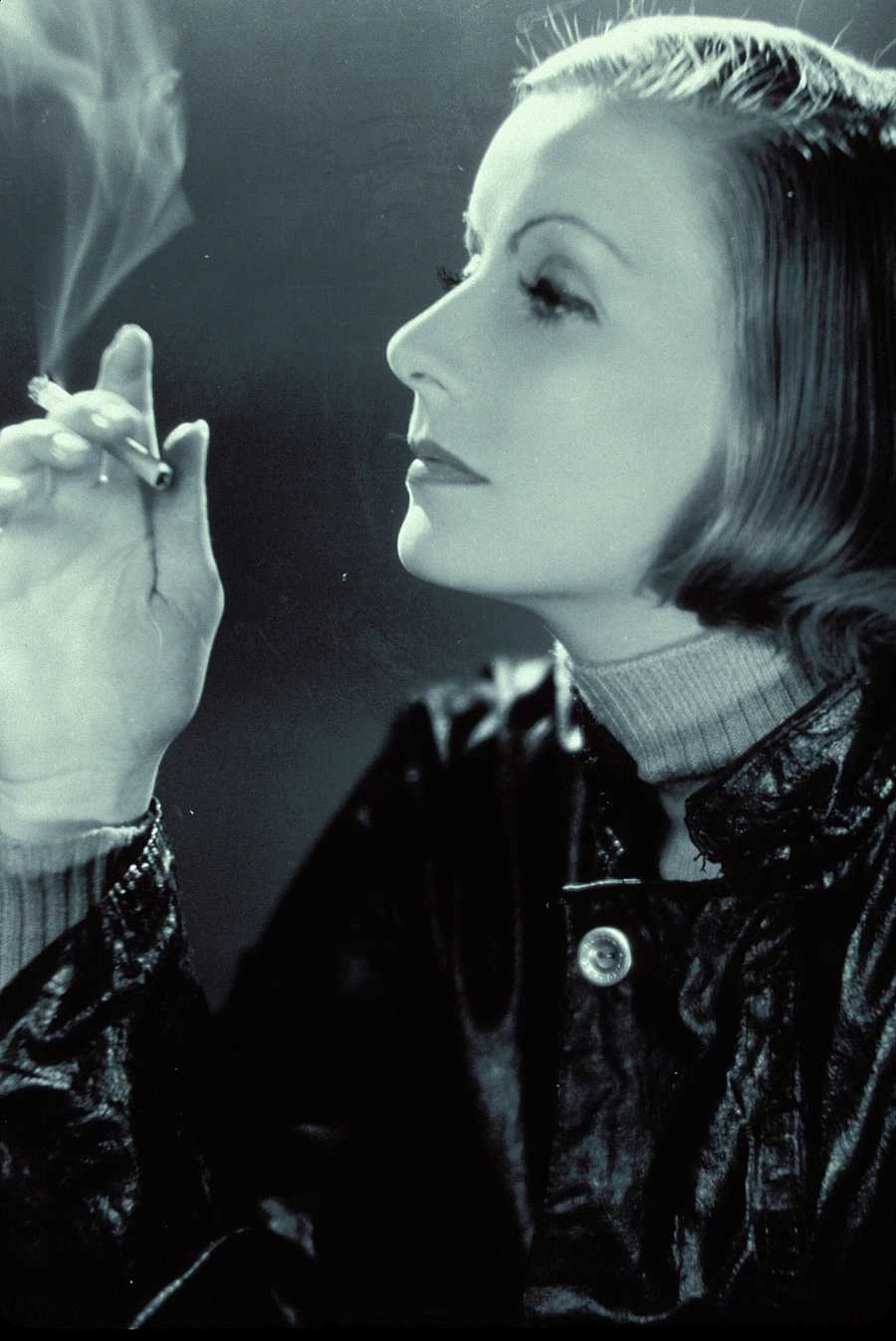 La actriz Greta Garbo fumando un cigarro en la década de los 20
