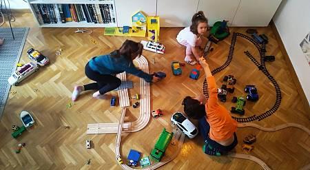 Mateo, Elsa y Greta ocupan todo el salón jugando con sus coches. La cuarentena pone a prueba la paciencia de los padres.