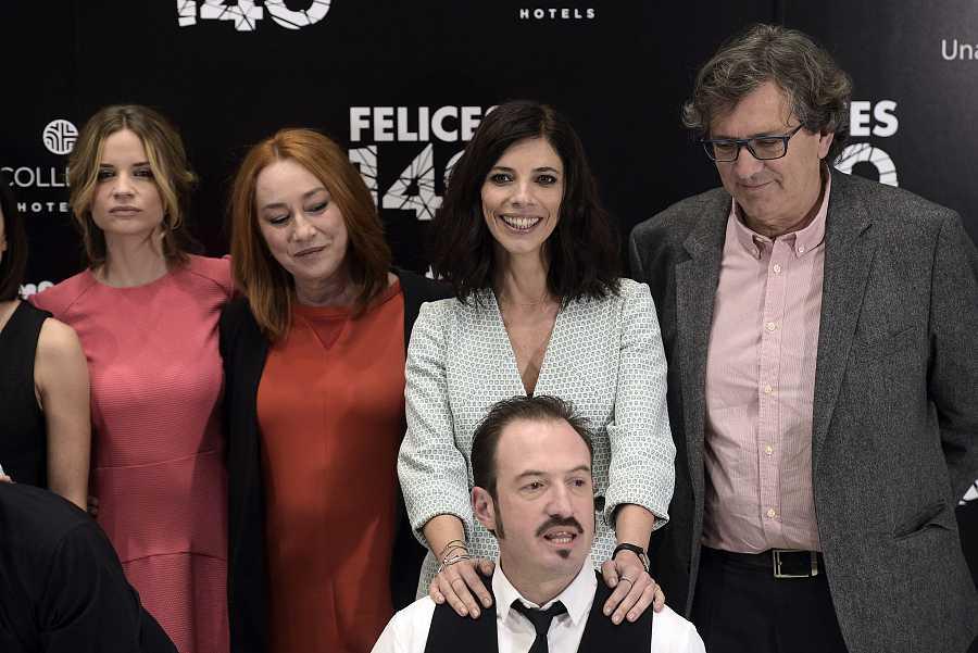 El elenco de 'Felices 140' junto a Gracia Querejeta en el photocall de la película