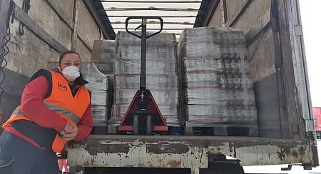 Rebeca con el camión cargado con material sanitario que reparte en centros de Burgos, Palencia y Valladolid.