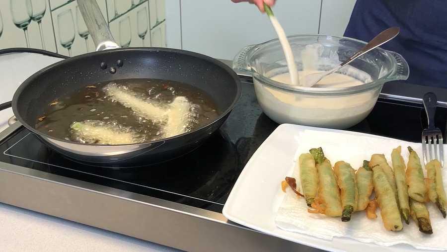 Es importante impregnar bien las verduras y freír en aceite muy caliente
