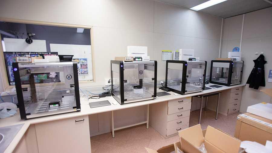 Cada uno de los robots que analiza test PCR se asemeja a una gran pecera de cristal.