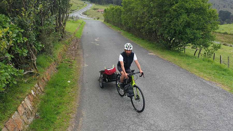 Kepa Acero en bicicleta recorriendo la primera etapa del Camino de la Costa