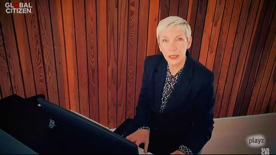 Annie Lennox, cantante y activista escocesa, al piano en el OWTAH