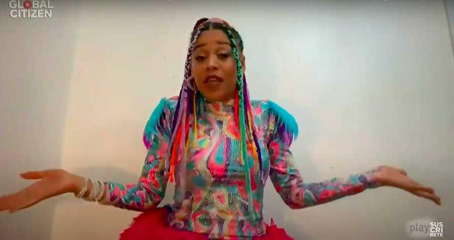 Sho Madjozi con un colorido vestido desde su casa en Sudáfrica