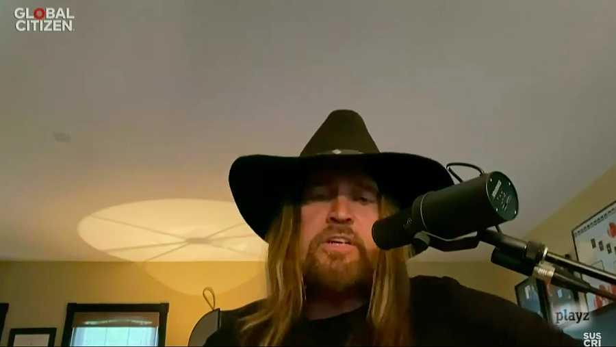 Billy Rae Cyrus canta