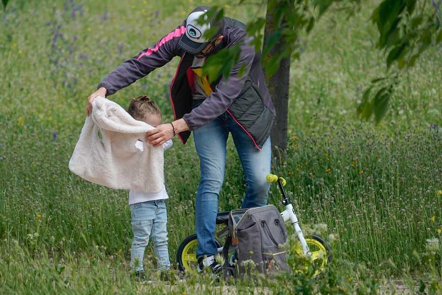 Roberto Leal abriga a su hija durante su primera salida a la calle tras el confinamiento
