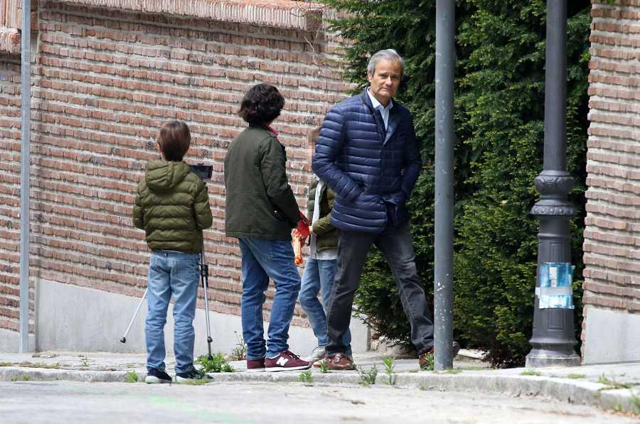 Javier Merino sale a la calle con sus tres hijos más pequeños: Beltrán, Bruno y Darío