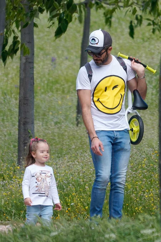 Roberto Leal pasea con su hija por Sevilla durante la primera salida permitida a los niños en la pandemia por coronavirus