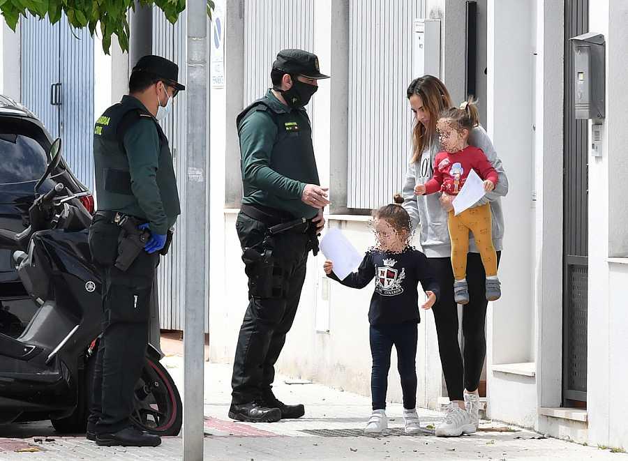 Irene Rosales, esposa de Kiko Rivera, y sus hijas reciben la visita de la Guardia Civil que les entrega un diploma por su buen comportamiento durante esta cuarentena por el coronavirus