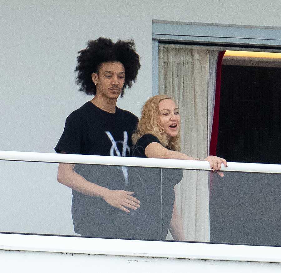 Madonna y su novio Ahlamalik Williams en el balcón de un hotel en Miami