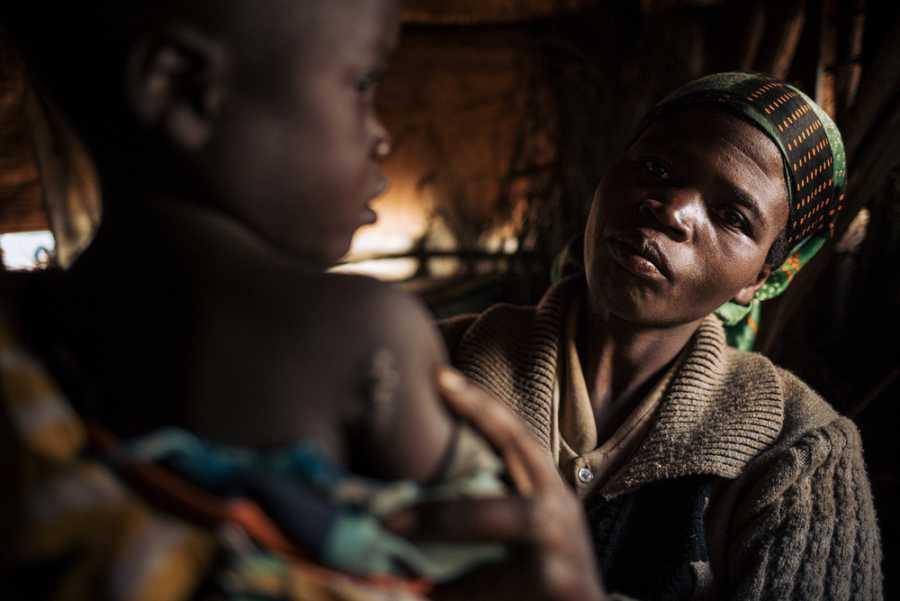 Josée con su hija Espérance de 6 años que fue herida durante un ataque al campo a finales de septiembre de 2019.