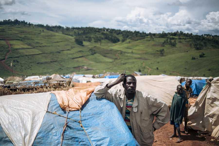 Samuel, líder comunitario del campo, en medio de refugios de plástico y paja.