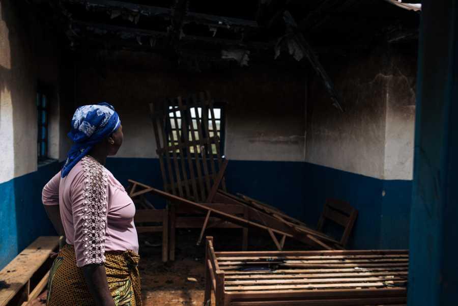 Séraphine, jefa de enfermería, evalúa un centro de salud destruido.