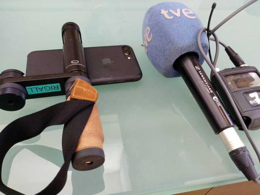 Equipo de smartphone, soporte y microfonía para el periodismo móvil (MoJo, en sus siglas en inglés).