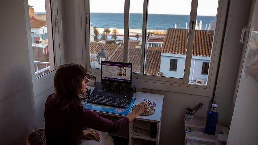 Marta, enóloga y trabajadora autónoma atiende telemáticamente a sus clientes