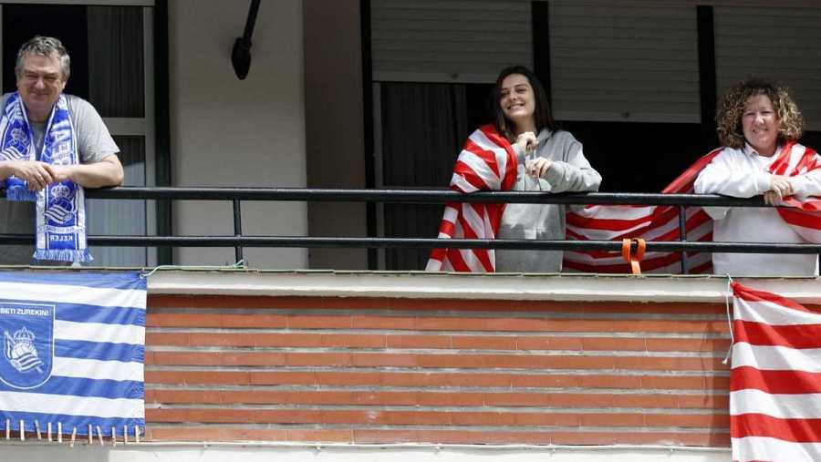 Imagen: El día en que se debía disputar la final de Copa, las aficiones engalanaron sus balcones