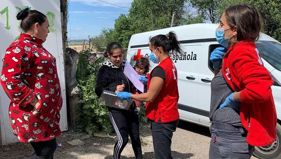 Cruz Roja reparte alimentos en la Cañada Real