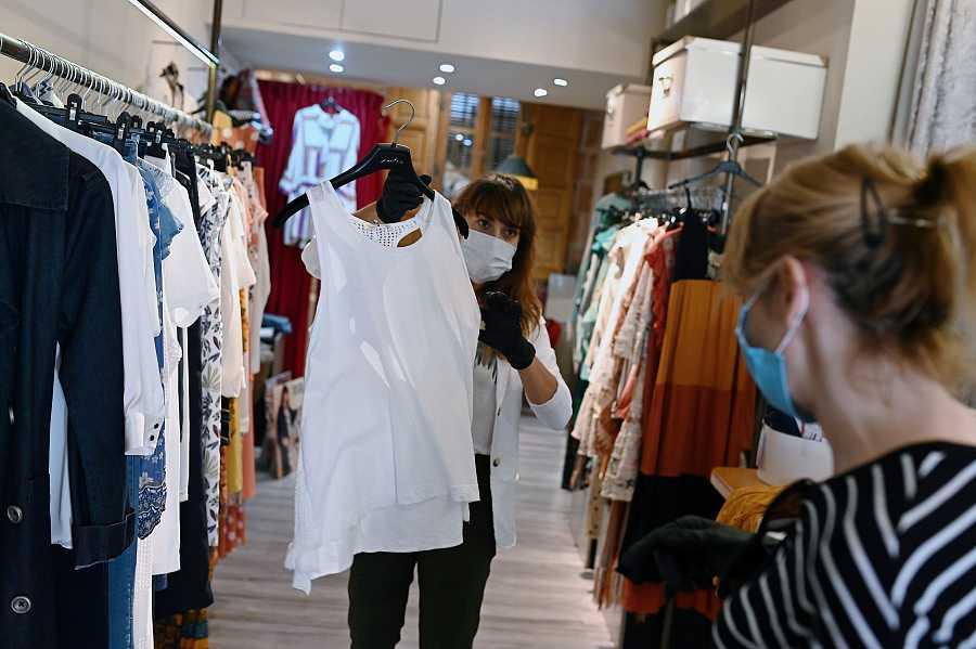 Una de las pocas tiendas de ropa que han abierto este lunes, en Alcalá de Henares