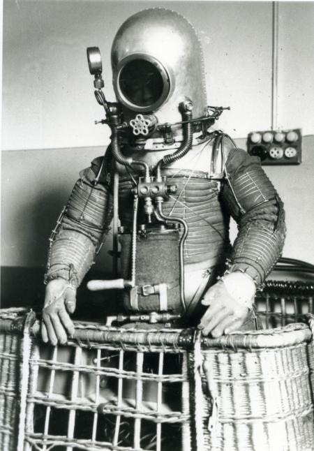 Primer traje espacial inventado por Emilio Herrera
