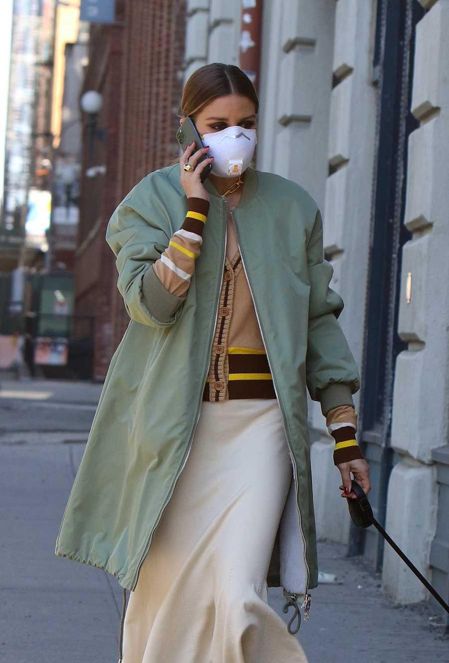 Olivia Palermo pasea a su perro en las calles de Brooklyn