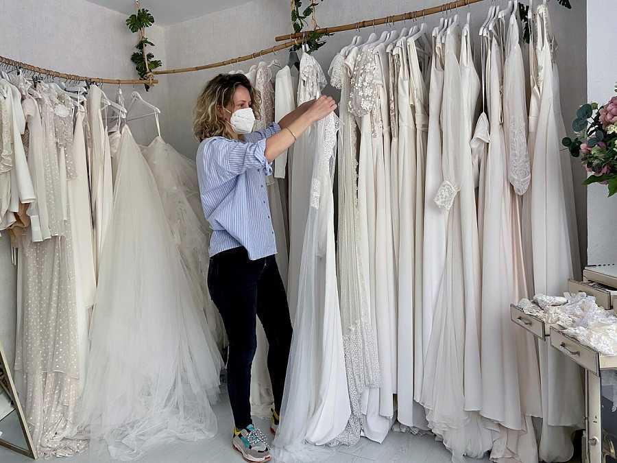 La propietaria de una tienda de trajes de novia de Cáceres ultima los detalles de su muestrario