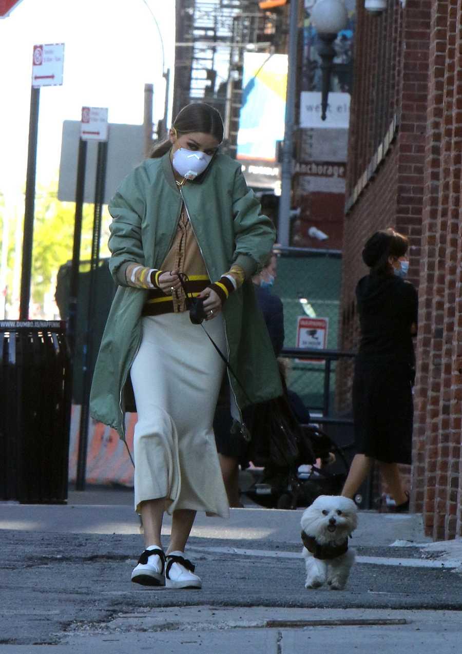 Olivia Palermo camina con mascarilla junto a su perro, 'Mr. Butler'