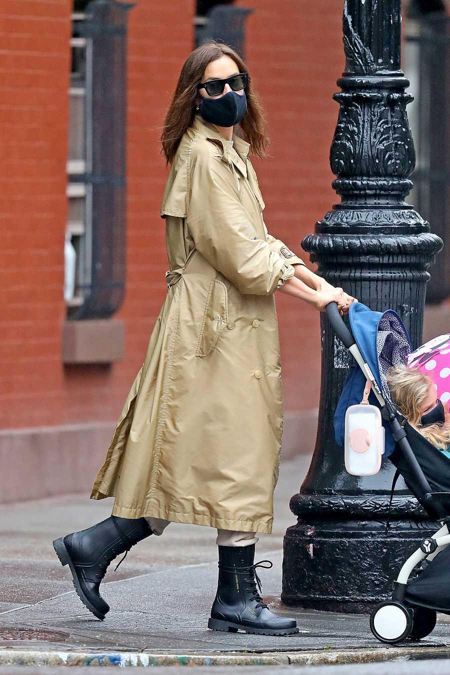 La modelo Irina Shayk con una mascarilla negra en Nueva York