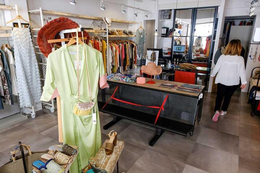 Una mujer abre su tienda de ropa en Formentera