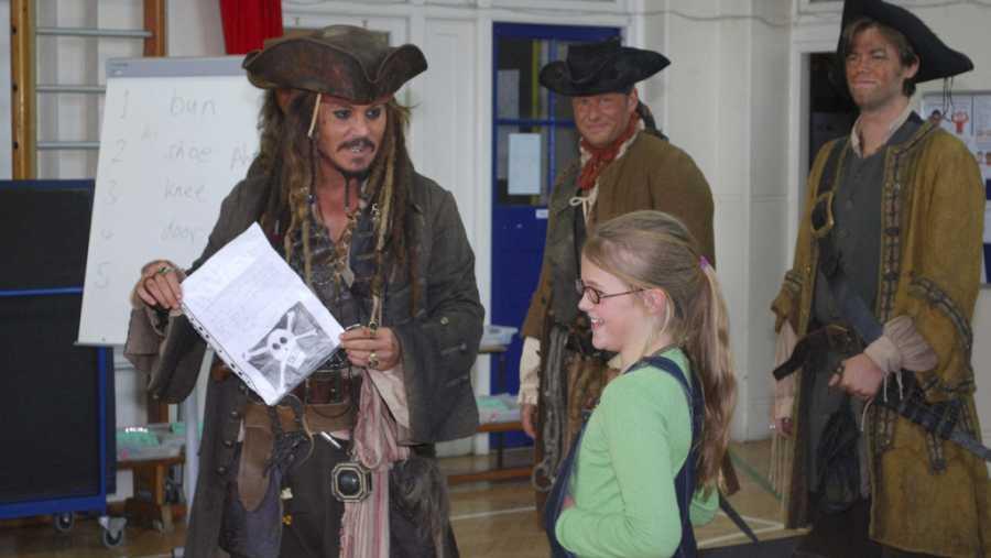 Johnny Depp visita por sorpresa una escuela de Londres vestido como Jack Sparrow
