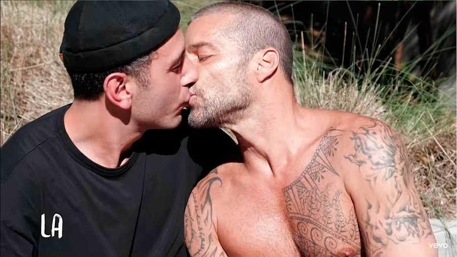 Ricky Martin y Jwan Yosef se besan con pasión en Los Ángeles.