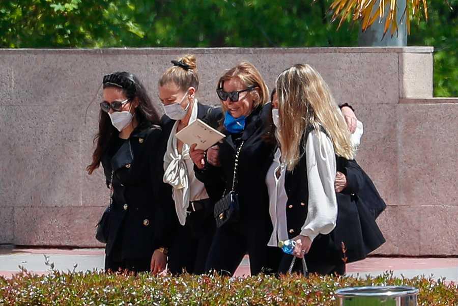 Ana Obregón con sus hermanas Celia y Amalia y con Carolina Monje, novia de Álex, durante el entierro