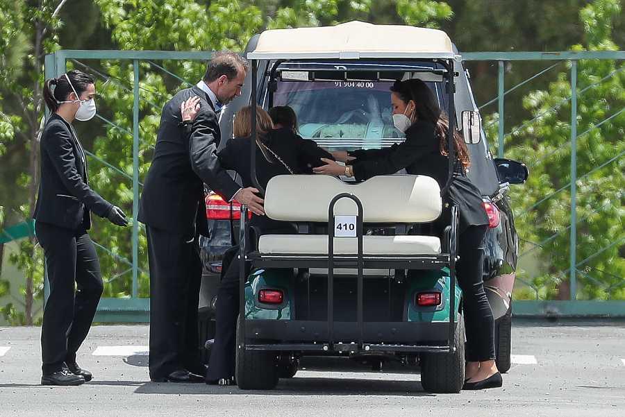 Alessandro Lequio y Carolina Monje acompañan a Ana Obregón durante el entierro de Álex
