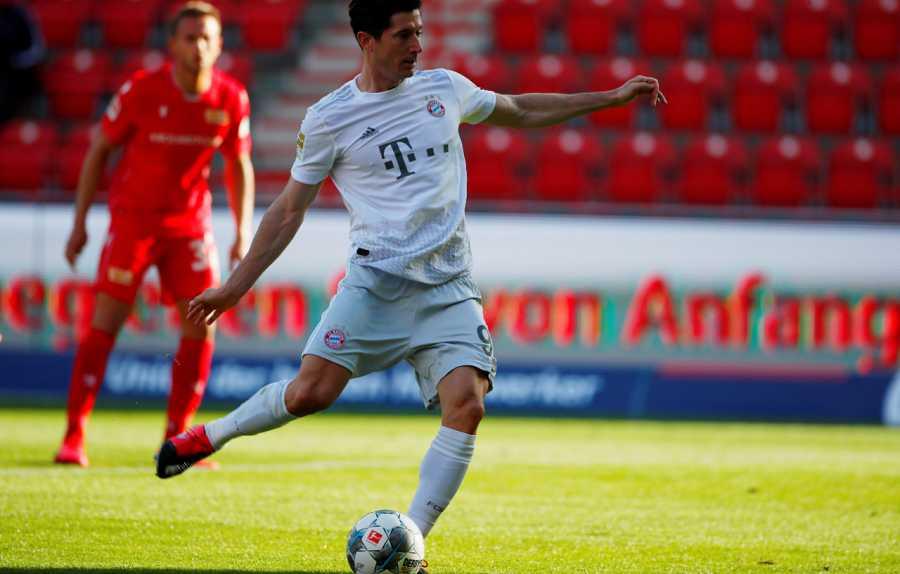 Imagen: Así miraba a su izquierda Lewandowski mientras golpeaba el penalti a la derecha