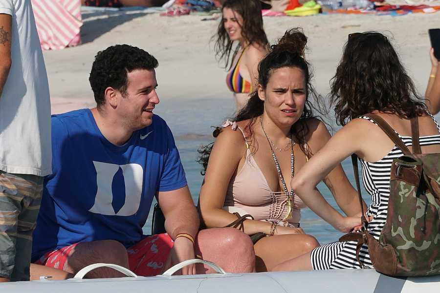 Álex Lequio en la playa con su novia, Carolina, el 19 de julio