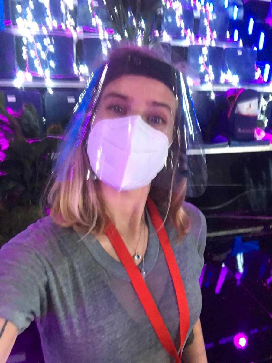 Verónica Febrero con mascarilla y pantalla de protección en su reincorporación a 'OT 2020'