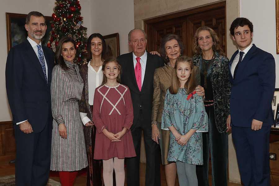 Retrato de la Familia Real en 2018: Felipe IV, la rena Letizia, los reyes eméritos don Juan Carlos y doña Sofía, las princesas Leonor y Sofía y la infanta Elena con sus hijos, Froilán y Victoria Federica