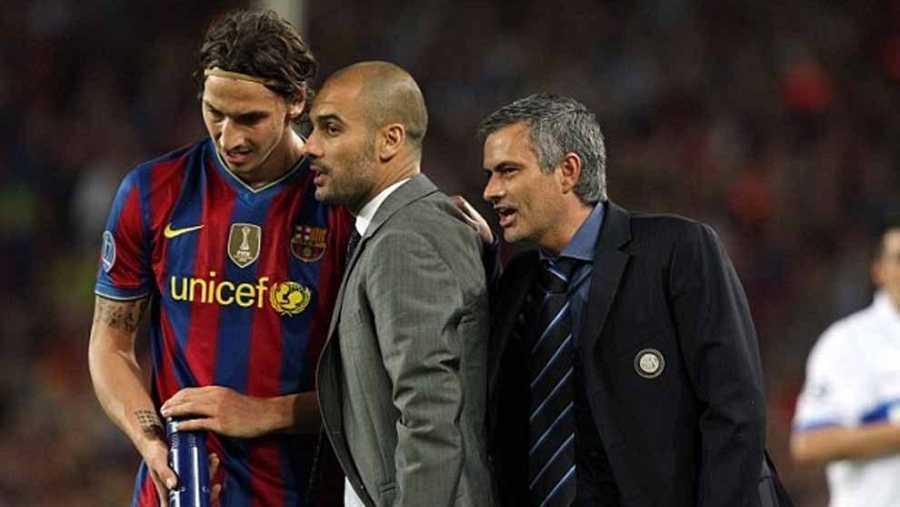 Mourinho habla con Guardiola, mientras el catalán da órdenes a Ibrahimovic en el partido de la vuelta de semifinales de Champions de 2011 entre el FC Barcelona y el Inter de Milán
