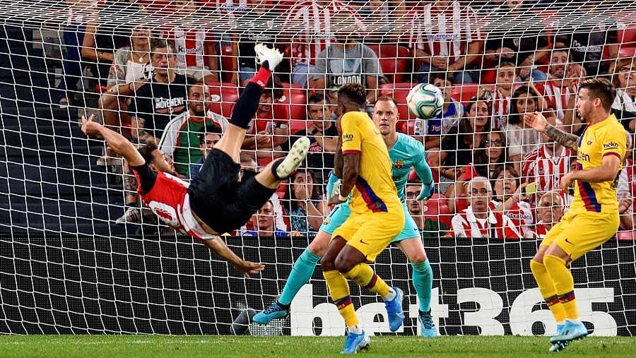 El delantero del Athletic Club de Bilbao Aritz Aduriz (i) remata para conseguir el único gol del partido