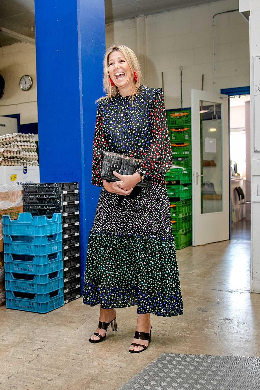 La reina Máxima de Holanda con vestido de Rixo y sandalias de Zara