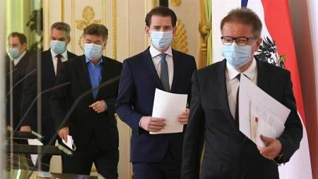 El ministro austríaco del Interior, Karl Nehammer, el vicecanciller austríaco Werner Kogler, el canciller austriaco Sebastian Kurz y el ministro austríaco de Asuntos Sociales y Salud, Rudolf Anschober, con mascarilla.