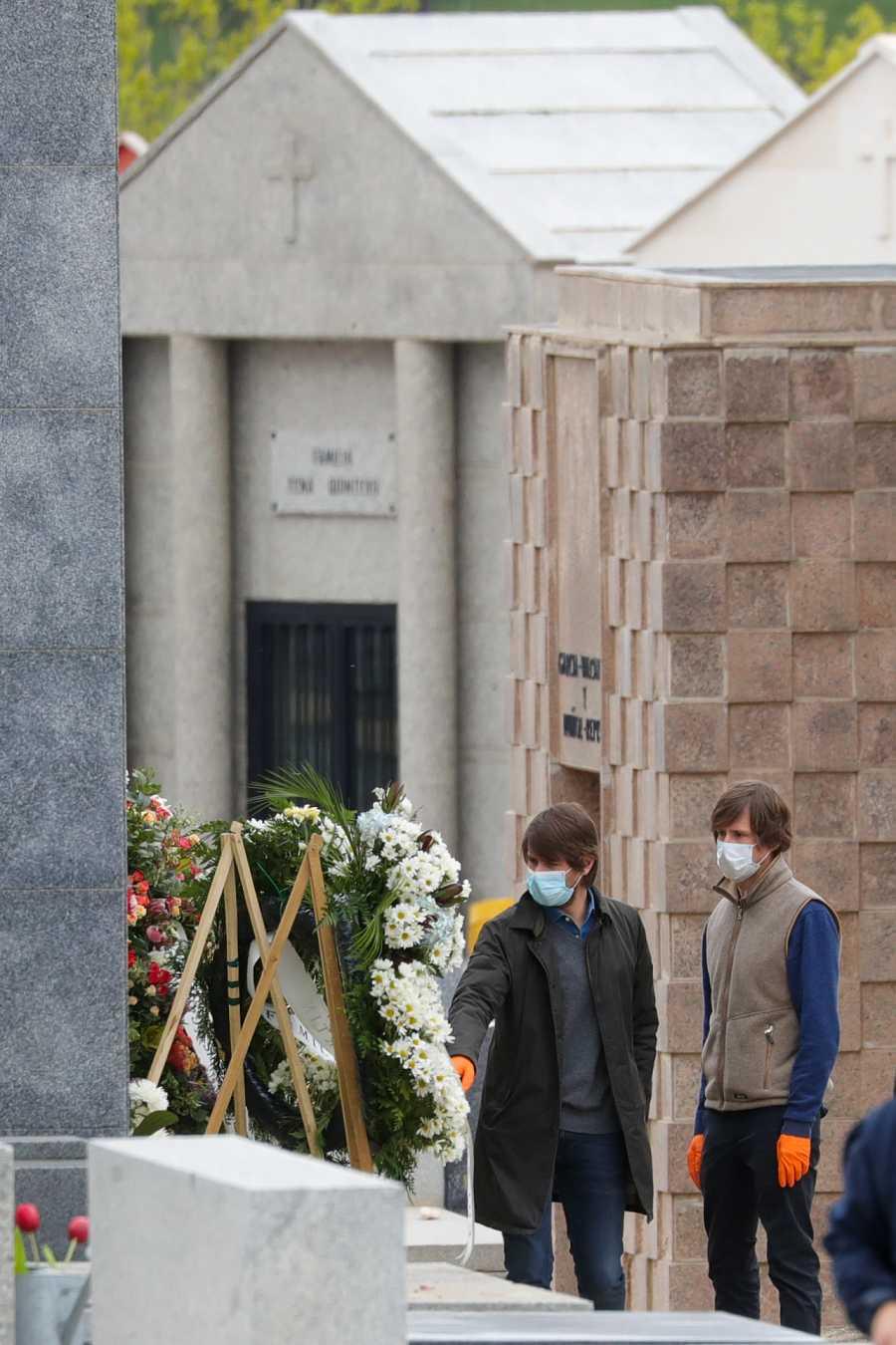 Carlos y Felipe Cortina Lapique en el entierro de su paddre, Alfonso Cortina en el cementerio de El Pardo, Madrid.