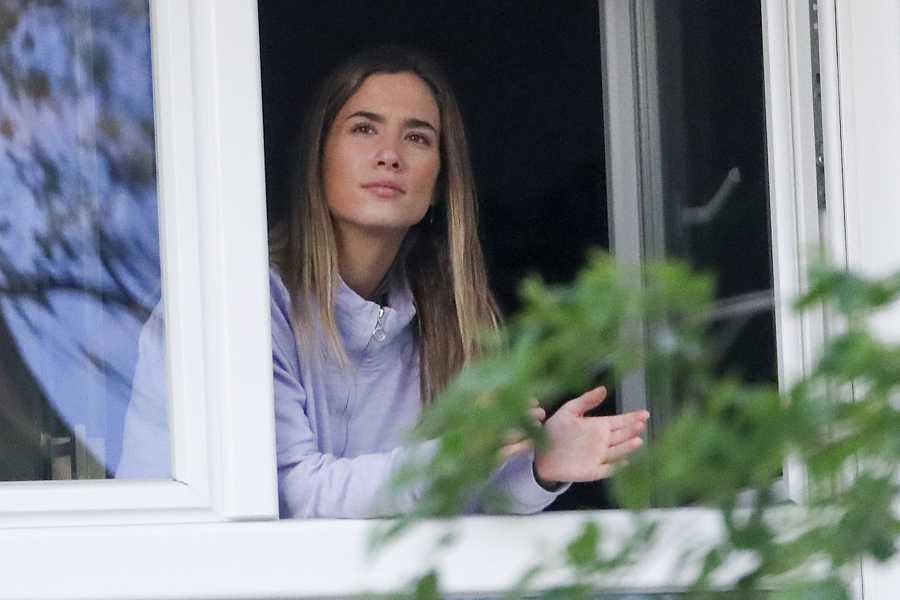 María Pombo participando en el aplauso sanitario desde su balcón, el pasado 22 de abril