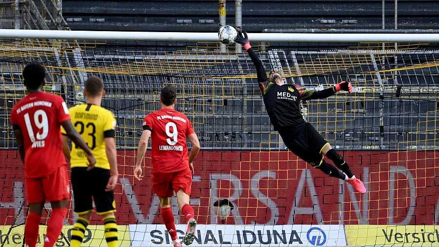 La vaselina del jugador del Bayern, Joshua Kimmich, supera por arriba al portero del Borussia Dortmund, Roman BurkÏ