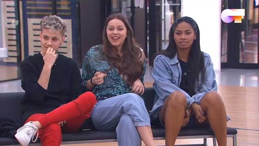 Los tres finalistas de OT 2020 juntos en un banco en el repaso de gala